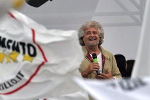 """Grillo attacca la stampa. A Genova altro grillino lascia M5s: """"Stanco di obbedire a algoritmo"""""""