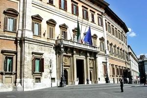 Portaborse in piazza a Montecitorio: basta abusi, regole subito