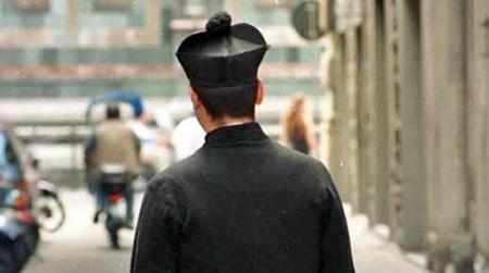 Prete arrestato per violenza sessuale, diocesi lo sospende da ministero pastorale