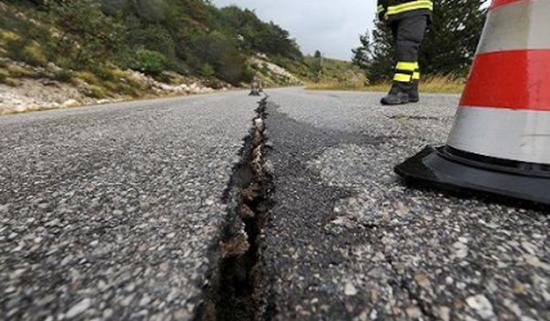 La terra torna a tremare, la scossa è la più forte dell'ultimo secolo in Italia. Nessuna vittima, decine i feriti