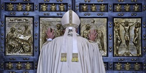 Il Papa chiude la Porta Santa a San Pietro