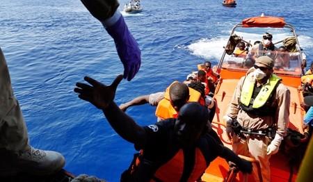 Sbarchi senza sosta a Lampedusa, l'isola è al collasso