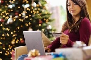"""Acquisti di Natale, si """"taglia"""" per amici e parenti. Metà spesa sul web"""