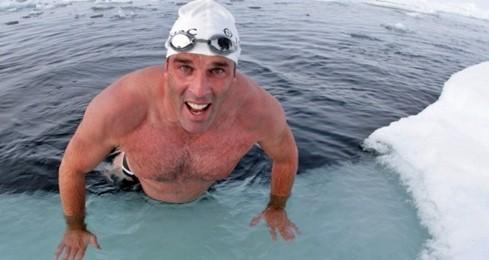 """""""L'orso polare umano"""" sfida l'Antardide: nuota per un km a zero gradi per salvare gli oceani"""