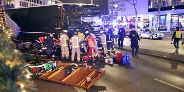Berlino, Tir si schianta su mercatino: 9 vittime e almeno 50 feriti. Attentatore morto, l'altro arrestato. In Italia intelligence in azione