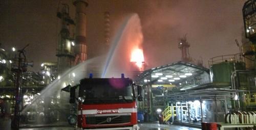 Pavia, incendio alla raffineria: fiamme e fumo nero