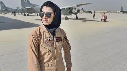 """Afghanistan, prima donna top gun di Kabul chiede asilo negli Usa. Ministro afgano: """"E' una vergogna, doveva essere un modello"""""""