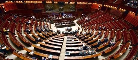"""Terremoto, Gentiloni parla in un'Aula semivuota: """"I soldi ci sono"""". E difende la Protezione civile"""
