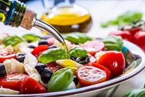 Otto italiani su dieci non sanno abbinare olio di oliva al cibo. I consigli
