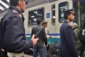 Violenza sessuale in treno su 16enne. Vittima ha avuto contatti su Fb con uno degli aggressori