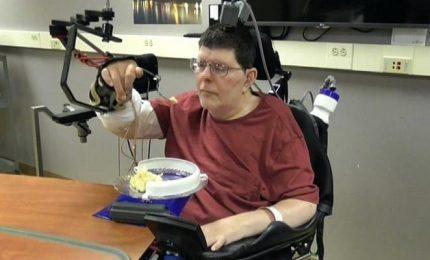 Un uomo paralizzato muove il braccio con la sua mente