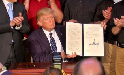 Trump firma ordine sul clima: basta guerra al carbone