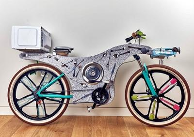 La bici per le consegne fatta con gli utensili da cucina