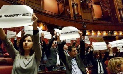 Via libera a taglio triennale vitalizi, bocciata proposta M5S. Tafferugli alla Camera