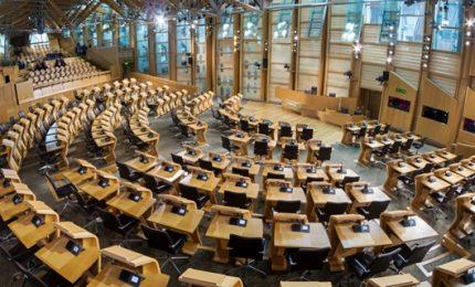 Il parlamento scozzese vota per un nuovo referendum su indipendenza. La May frena