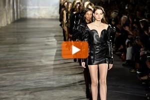 A Parigi sfila la nuova donna dark e glamour di Saint Laurent
