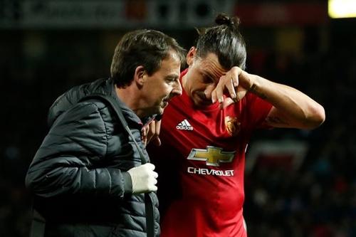 Manchester United, grave infortunio al ginocchio per Ibrahimovic
