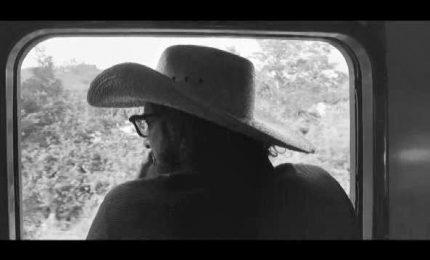 """Il viaggio in bianco e nero di Capossela nel video """"Il treno"""""""