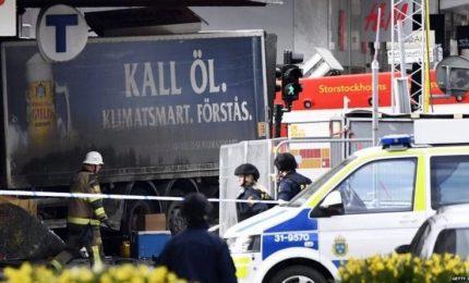 """Stoccolma, furgone si lancia su folla: almeno tre morti. Il premier: """"Azione terroristica"""""""