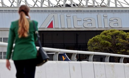 Alitalia, governo tra le nuvole e sindacati chiedono chiarezza a Patuanelli