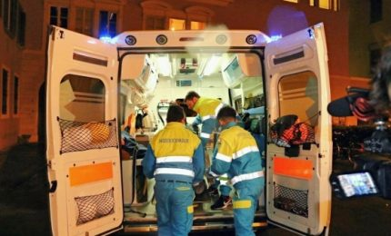 Sale su tetto treno, 18enne muore folgorato a Livorno. L'amico si salva
