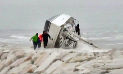Barca a vela contro gli scogli a Rimini, salgono a quattro le vittime