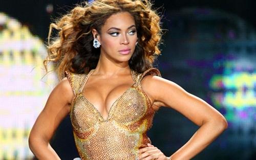 Si blocca il palco, scala d'emergenza per Beyoncé
