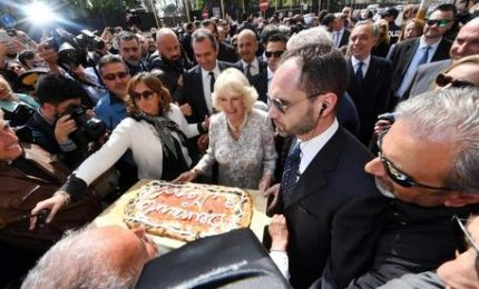 Pizza e cravatte, full immersion napoletana per la Duchesa Camilla