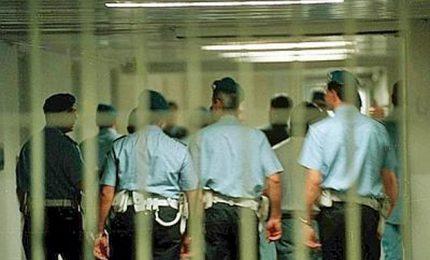 Allarme carceri, una rivolta e due suicidi nel giro di ventiquattro ore. Capo del Dap: meno detenuti, più agenti