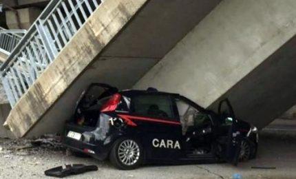 Crolla un altro ponte, a Cuneo schiacciata auto dei carabinieri