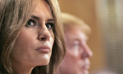 "Braccia incrociate e look ""total black"", ecco la first lady Melania Trump"