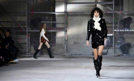 Autunno-inverno 2017/2018, a Parigi sfila la donna dark e glamour di Saint Laurent