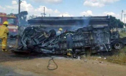 Scuolabus si schianta contro un camion, arsi vivi 19 bambini e autista