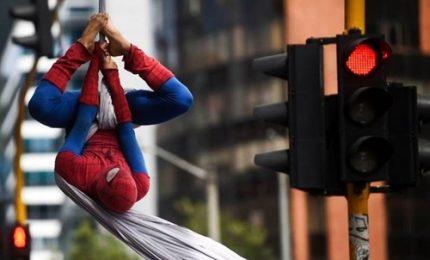 Spiderman si arrampica sui ponti di Bogotà: è artista di strada