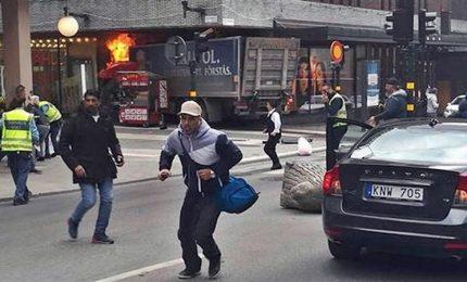 Camion su folla a Stoccolma, salgono a quattro i morti. E' caccia all'uomo