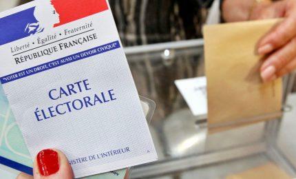 Francia, cala l'affluenza al voto. Urne chiuse, intelligence teme scontri