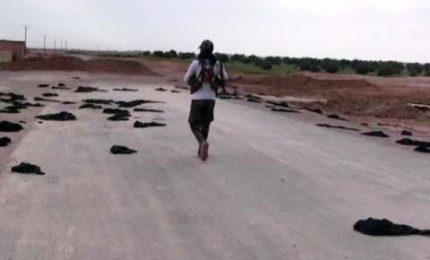Decine di Niqab abbandonati a terra, è fuga di civili da Raqqa