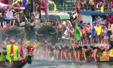 Hong Kong, remi in acqua per la regata del dragone