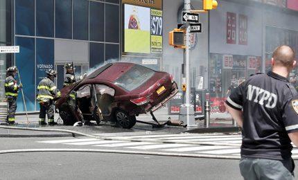 Paura a New York, auto piomba sulla folla: muore ragazza di 18 anni