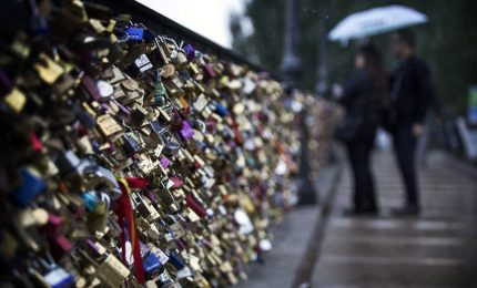 Parigi, amore in vendita: all'asta in blocco lucchetti degli innamorati
