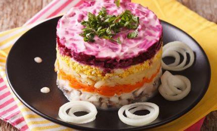 """L'insalata """"Shuba"""", piatto tipico della tradizione russa. Ecco come prepararla!"""