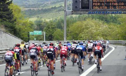 In bici sull'A1 in attesa del Giro d'Italia