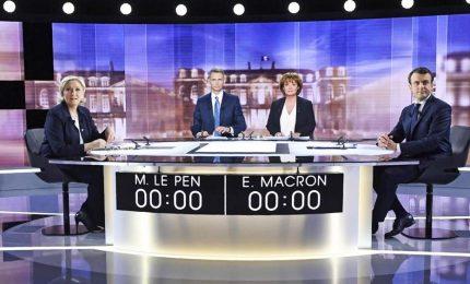 Francia, Macron prevale nel brutale duello tv con Le Pen. Il centrista verso l'Eliseo
