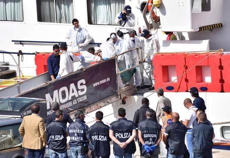 Migranti, nave approdata a Catania con 932 persone. A bordo due cadaveri