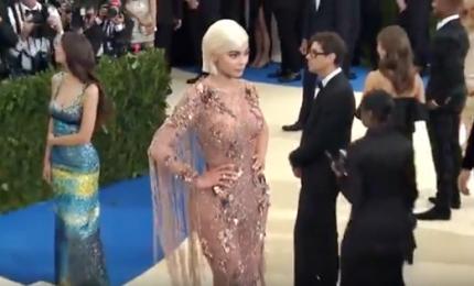 "Katy Perry ""diavolessa"" e Rihanna floreale al Met Gala a New York"