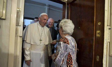 """Papa casa per casa a benedire le famiglie """"come fa il parroco ogni anno"""""""