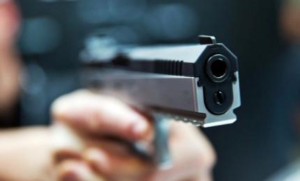 Tenta di sparare alla ex e al partner ma revolver s'inceppa