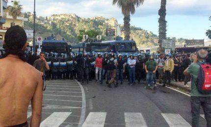 "Tafferugli a Giardini Naxos, polizia lancia fumogeni sui ""No g7"""
