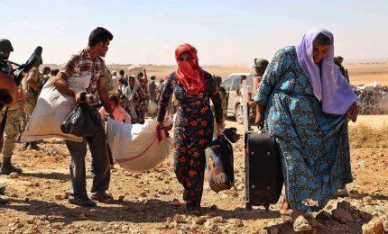 """Senza sosta la fuga dei civili da Raqqa, """"capitale"""" Isis in Siria"""