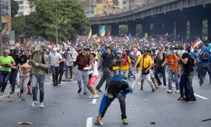 Scontri in Venezuela, contro la polizia bottiglie con escrementi